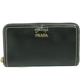 財布 コピー プラダ ラウンドファスナー ロゴ×リボンモチーフ 型押しレザー ブラック 1M0506
