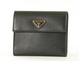 財布 コピー プラダ サフィアーノ ORO 二つ折財布 ブラック プレートロゴ 1M0170