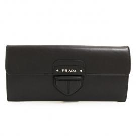 財布 コピー プラダ 二つ折りフラップ レザー プッシュロック風 ブラック 1M1244