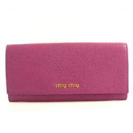 財布 コピー ミュウミュウ 長財布 二つ折りフラップ 型押しレザー フューシャピンク 5M1109