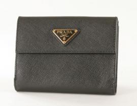 財布 コピー プラダ サフィアーノ ORO ダブルホック 二つ折財布 ブラック 1M0523